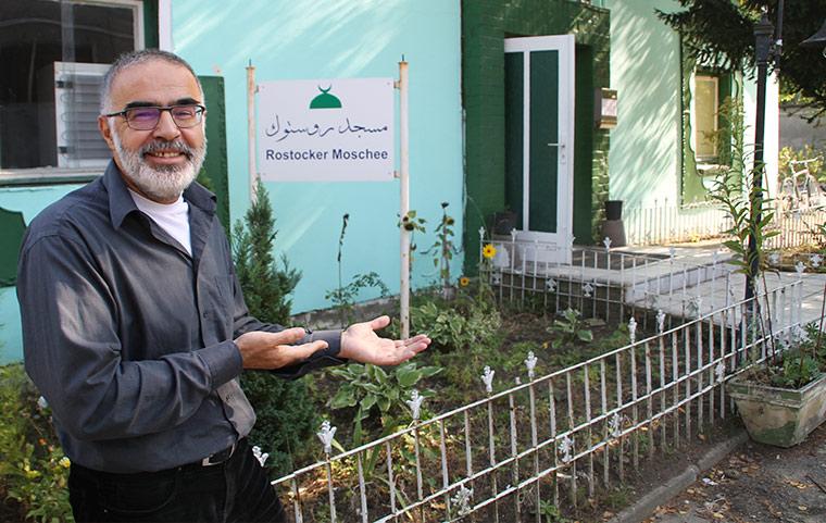Dr. Maher Fakhouri steht einladend vor der Rostocker Moschee.